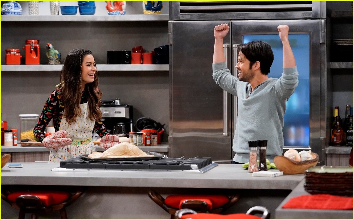 miranda cosgrove cooks up an icarly delicacy on this weeks episode 02