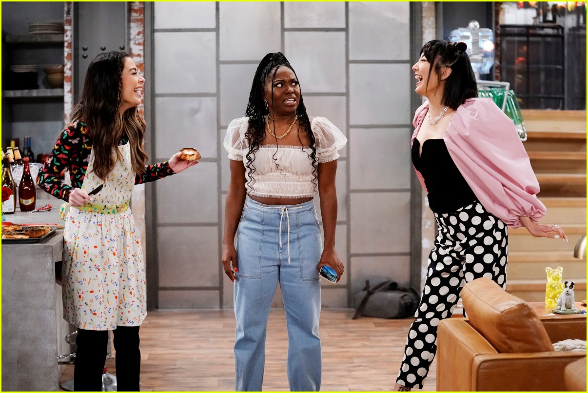 miranda cosgrove cooks up an icarly delicacy on this weeks episode 08