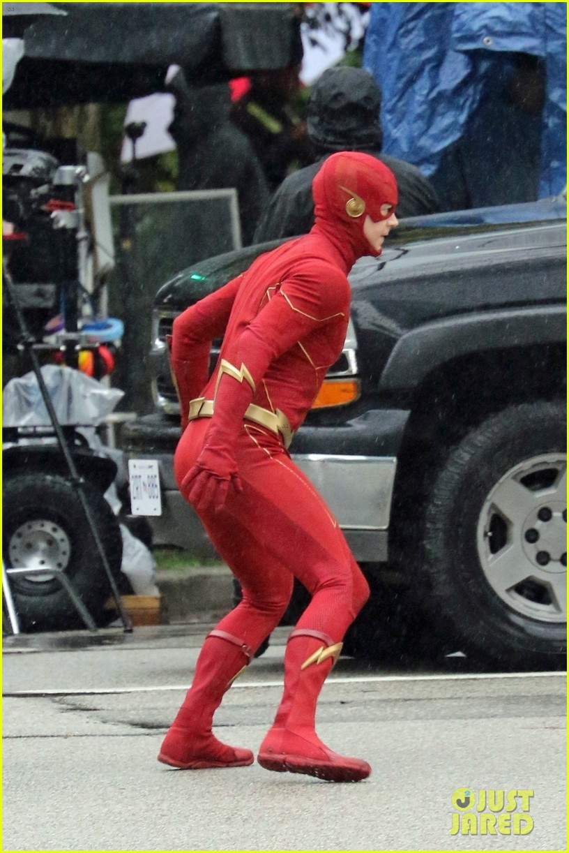 grant gustin photographed on the flash set for first time in season 8 02