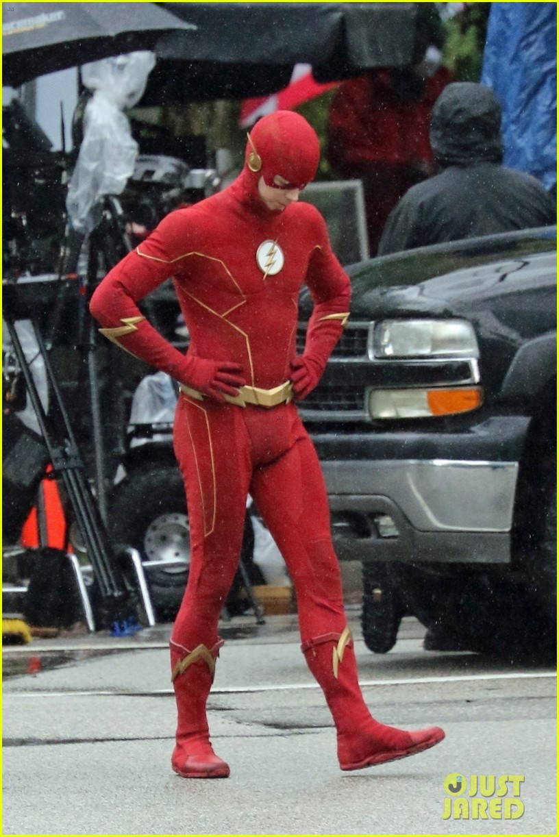 grant gustin photographed on the flash set for first time in season 8 03