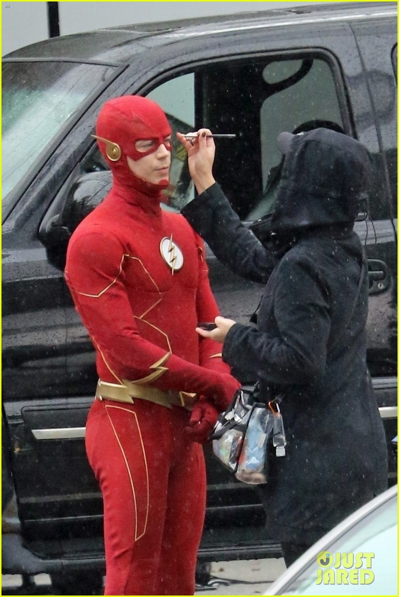 grant gustin photographed on the flash set for first time in season 8 04