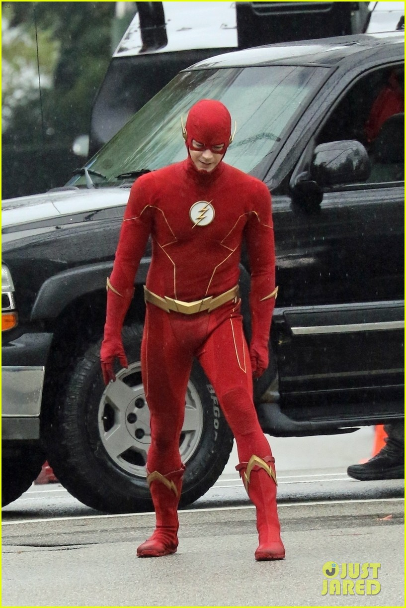 grant gustin photographed on the flash set for first time in season 8 07