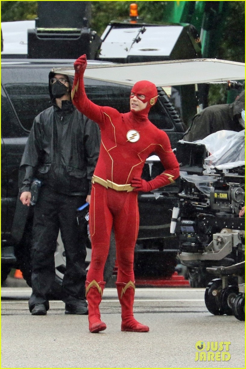 grant gustin photographed on the flash set for first time in season 8 09