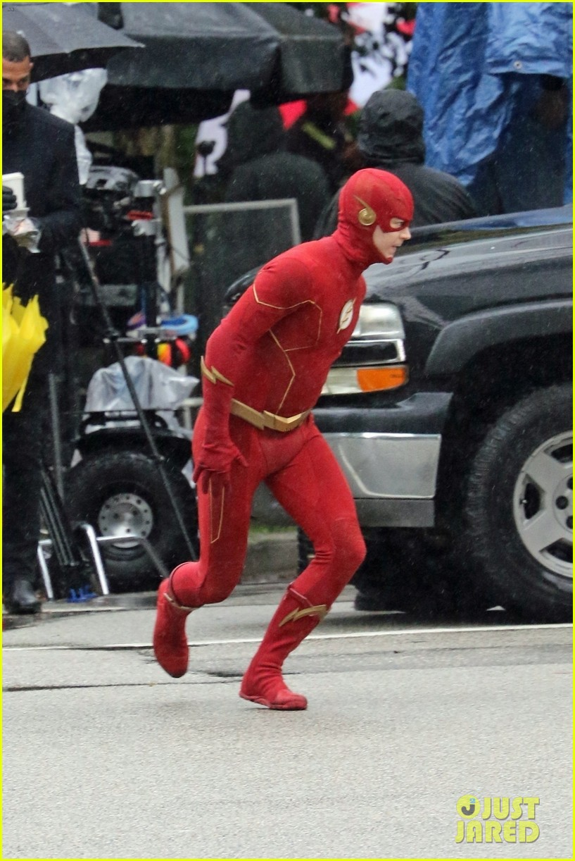 grant gustin photographed on the flash set for first time in season 8 14