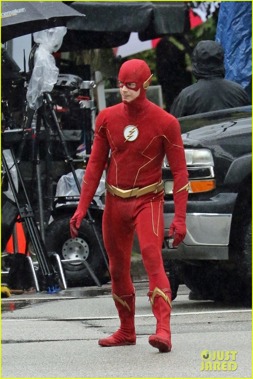 grant gustin photographed on the flash set for first time in season 8 15