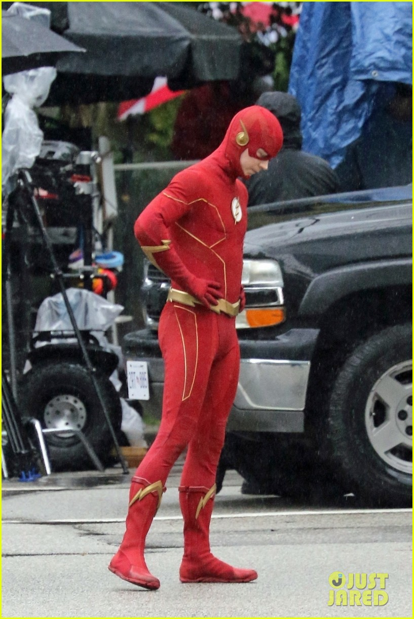grant gustin photographed on the flash set for first time in season 8 16