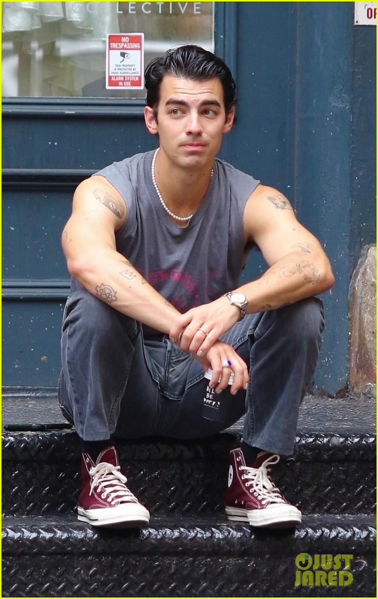 joe jonas shows off tattooed arms wearing sleeveless shirt in nyc 01