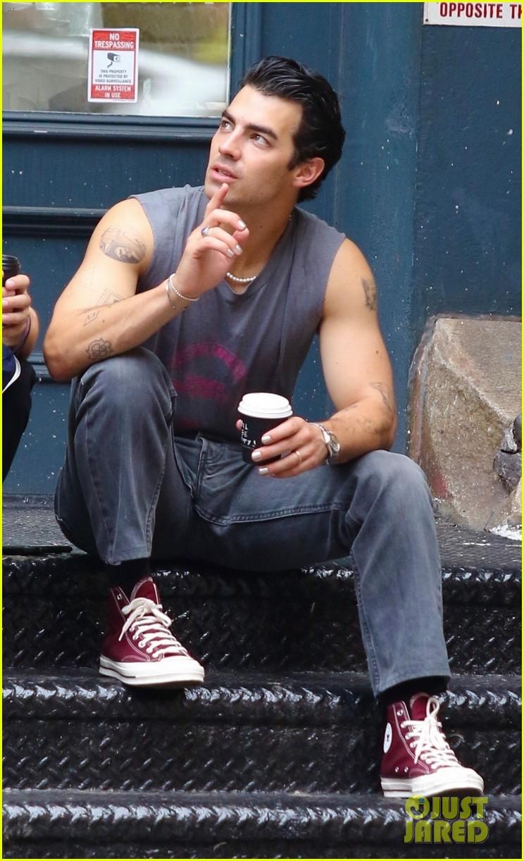 joe jonas shows off tattooed arms wearing sleeveless shirt in nyc 10