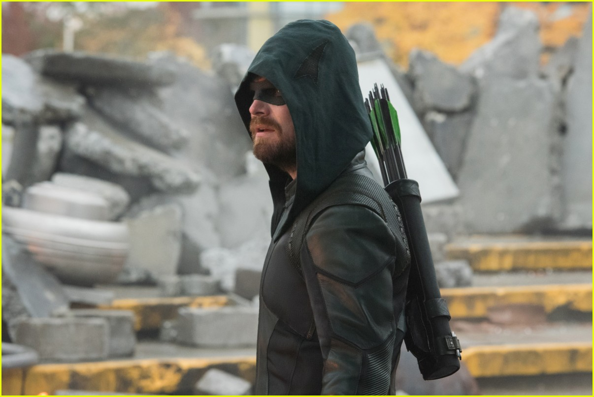 stephen gets permanent tribute to arrow with new tattoo 01
