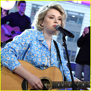 Maddie Poppe Took Her Peoples' Choice Award To NYC To Take A Picture With It