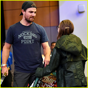 Stephen Amell Gives an 'Arrow' Fan the Best Gift Ever at Comic-Con!