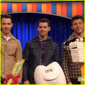 Jonas Brothers Sing About Brushing Your Teeth In 'Not-Too-Late Show With Elmo' Preview (Video)
