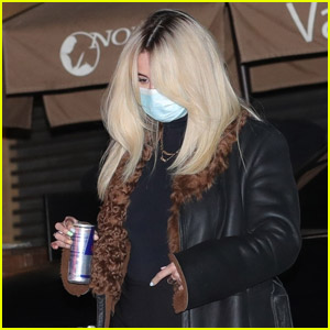 Newly Blonde Selena Gomez Grabs Dinner with Friends in Malibu!